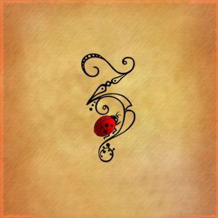 Tatuaggio lettere coccinella for Foto tatuaggi lettere